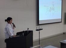 製品デザインコース修士1年の秋山朝子さんが、小規模企業者新分野展開モデル事業の報告発表を行いました。