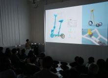 製品デザインコース修士2年の保井康佑くんが修了制作プレゼンテーションで これまで取り組んできた研究を発表しました。